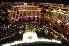 Hotel y casino, Bellagio, centro turístico y casino, la tira, reflexión, zona metropolitana, noche de Bellagio de Westgate Las Ve fotos de archivo