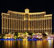 Hotel y casino de Bellagio en la noche imagenes de archivo