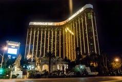 Hotel y casino de la bahía de Mandalay en la noche - Las Vegas, Nevada, los E.E.U.U. imagen de archivo