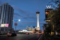 Hotel y casino de la estratosfera en la noche - Las Vegas, Nevada, los E.E.U.U. imagen de archivo libre de regalías