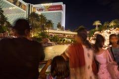 Hotel y casino, erupción del espejismo del volcán del turista que espera para Foto de archivo