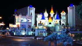 Hotel y casino Las Vegas de Excalibur por la noche - ciudad de Las Vegas Nevada/USA metrajes