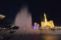 Hotel y casino, señal, fuente, noche, zona metropolitana de París foto de archivo libre de regalías