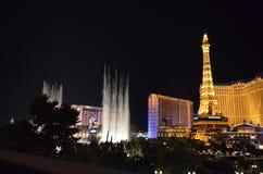 Hotel y casino, zona metropolitana, torre, señal, noche de París imagenes de archivo