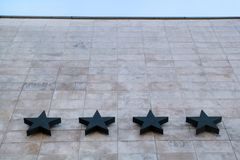 Hotel y hospitalidad/cuatro estrellas en la pared de piedra del hotel/de la calidad de los servicios del hotel y del motel Fotografía de archivo