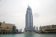 Hotel y lago Burj Dubai de la dirección en Dubai. Imagen de archivo