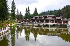 Hotel y lago de la montaña Foto de archivo libre de regalías