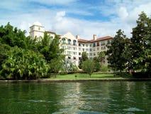 Hotel y lago lujosos Fotos de archivo