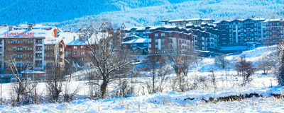 Hotel y panorama de las montañas de la nieve en la estación de esquí búlgara Bansko Fotografía de archivo libre de regalías