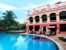 Hotel y piscina imagenes de archivo