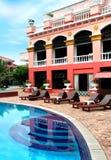 Hotel y piscina Imagen de archivo