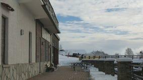 Hotel y pista debajo de la nieve en las montañas almacen de metraje de vídeo