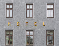 Hotel-Zeichen nahe Windows Stockfoto