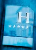 Hotel-Zeicheneingang mit fünf Sternen Stockfoto
