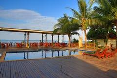 Hotel ziemie, pływacki basen i drzewa, Phra Ae plaża, Ko Lanta, Tajlandia Obraz Royalty Free