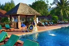 Hotel ziemie, pływacki basen i drzewa, Phra Ae plaża, Ko Lanta, Tajlandia Obrazy Stock