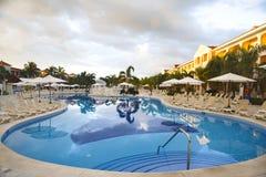 Hotel zwembad Grote Bahia Principe Aquamarine stock afbeelding