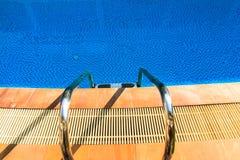 Hotel zwembad met zonnige bezinningen Stock Afbeeldingen