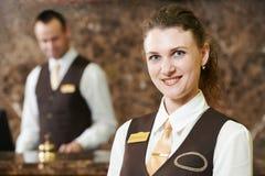 Hotelarbeitskraft bei Empfang Stockbild