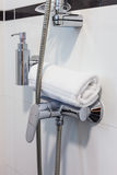Hotelbadezimmer in den weißen Tönen Lizenzfreies Stockfoto