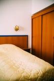 Hotelbed stock afbeeldingen
