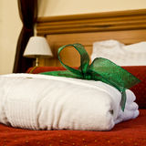 Hotelbett stockfotografie
