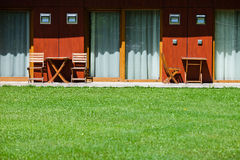 Hotelbinnenplaats met stoelen en lijsten Stock Fotografie