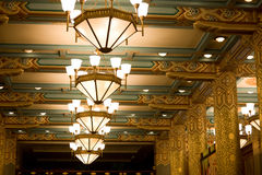 Hoteldecke mit Leuchter Lizenzfreies Stockbild