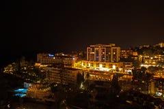 Hotele i basen przy nocą, Funchal zdjęcie stock
