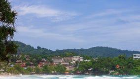 Hotele morzem, otaczającym zwartą roślinnością Zdjęcia Stock