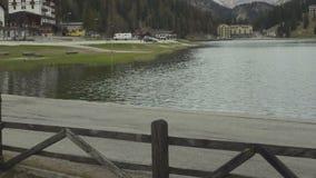 Hoteles acogedores situados en los bancos del lago hermoso Misurina en el pie de dolomías almacen de video