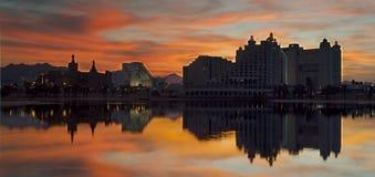 Hoteles de centro turístico modernos en la puesta del sol, Eilat, Israel Fotos de archivo