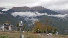 Hoteles de estación de esquí, cañones de la nieve y montañas hermosas metrajes