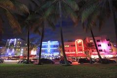 Hoteles de la impulsión y de Art Deco del océano iluminados en la noche Imagenes de archivo