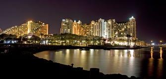 Hoteles de la playa en la noche foto de archivo libre de regalías