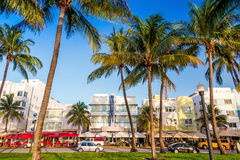 Hoteles de Miami Beach, de la Florida y restaurantes en el crepúsculo en el océano Fotografía de archivo libre de regalías