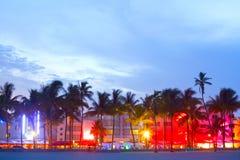 Hoteles de Miami Beach, de la Florida y restaurantes en la puesta del sol fotos de archivo libres de regalías