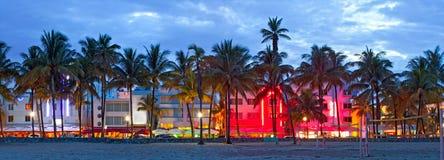 Hoteles de Miami Beach, de la Florida y restaurantes en la puesta del sol imagen de archivo