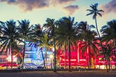 Hoteles de Miami Beach, de la Florida y restaurantes en la puesta del sol en el océano D Imagenes de archivo