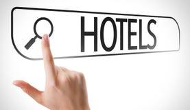 Hoteles escritos en barra de la búsqueda en la pantalla virtual imágenes de archivo libres de regalías