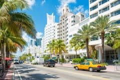 Hoteles famosos y tráfico del art déco en Collins Avenue en Miami B Imagenes de archivo