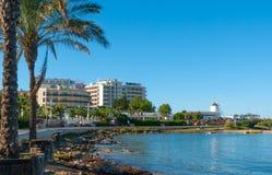 Hoteles a permanecer en - el sol en la costa de Ibiza Día soleado caliente a lo largo de la playa en St Antoni de Portmany Balear Foto de archivo libre de regalías
