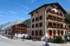 Hoteles suizos tradicionales en Zermatt, Suiza Fotos de archivo libres de regalías