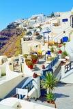 Hoteles turísticos hermosos Santorini Grecia del clifftop fotos de archivo libres de regalías