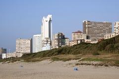 Hoteles y apartamentos de Durban según lo visto de la playa Imagen de archivo libre de regalías