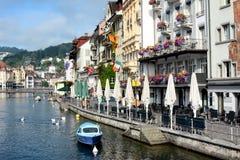 Hoteles y río Reuss de los restaurantes Fotos de archivo libres de regalías