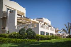 Hotelfassade in Ägypten mit Palmen Lizenzfreies Stockfoto