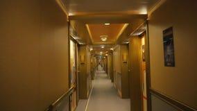 Hotelgang voorraad Gang in een luxehotel met deuren en warm prettig licht stock videobeelden