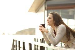 Hotelgast het drinken koffie die weg op vakantie kijken royalty-vrije stock foto