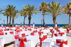 Hotelgrondgebied met restaurant dichtbij kustlijn Royalty-vrije Stock Fotografie